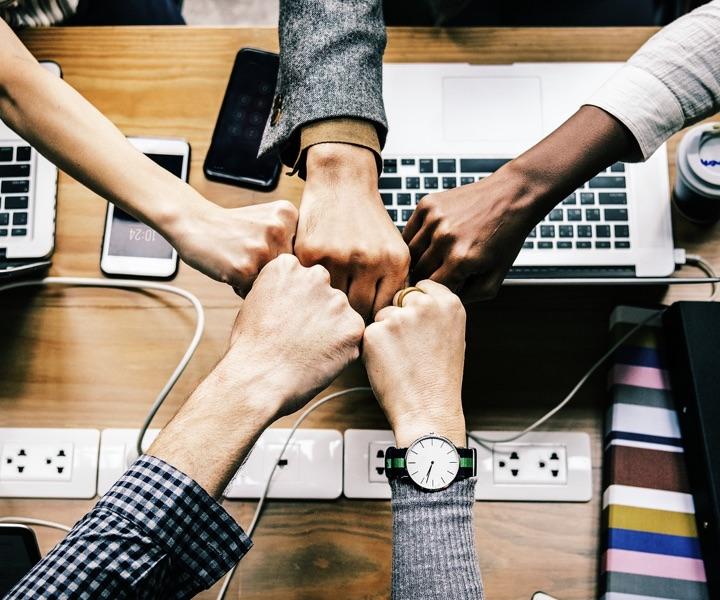 mains d'hommes et de femmes esprit d'équipe au travail