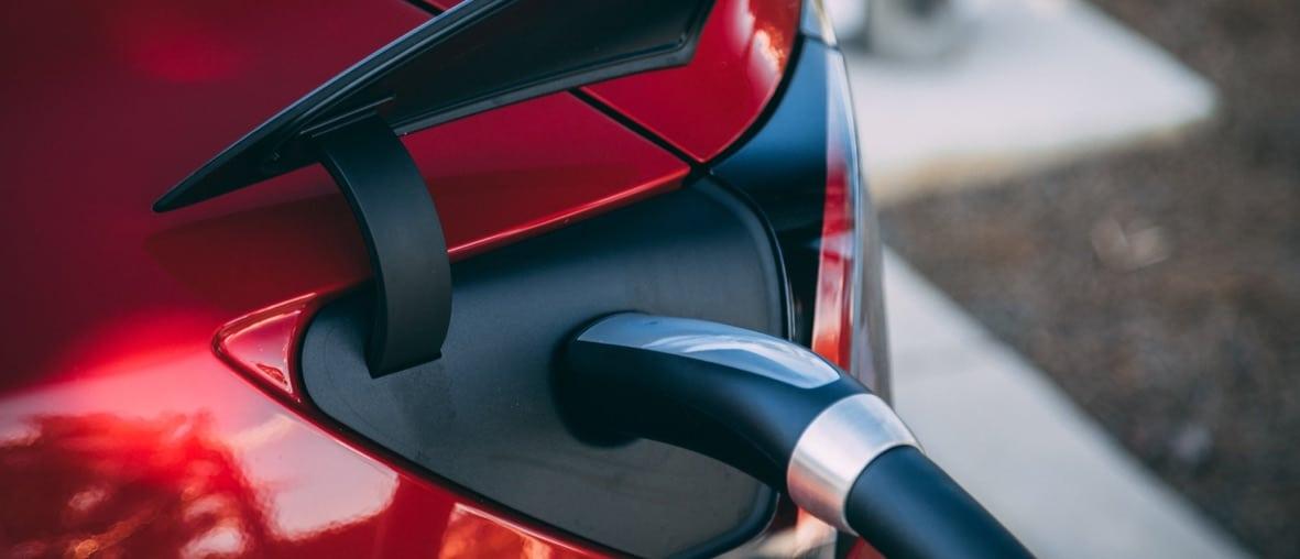 voiture électrique rouge rechargement batterie