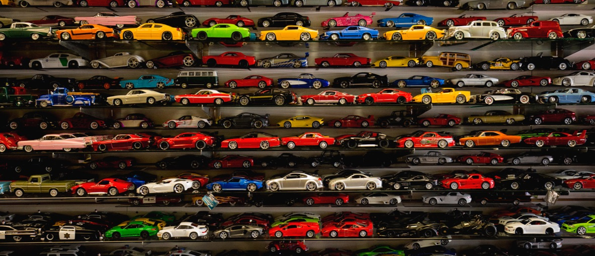 petites voitures jouets sur une étagère