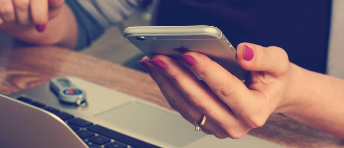 achat sur smartphone ordinateur main de femme