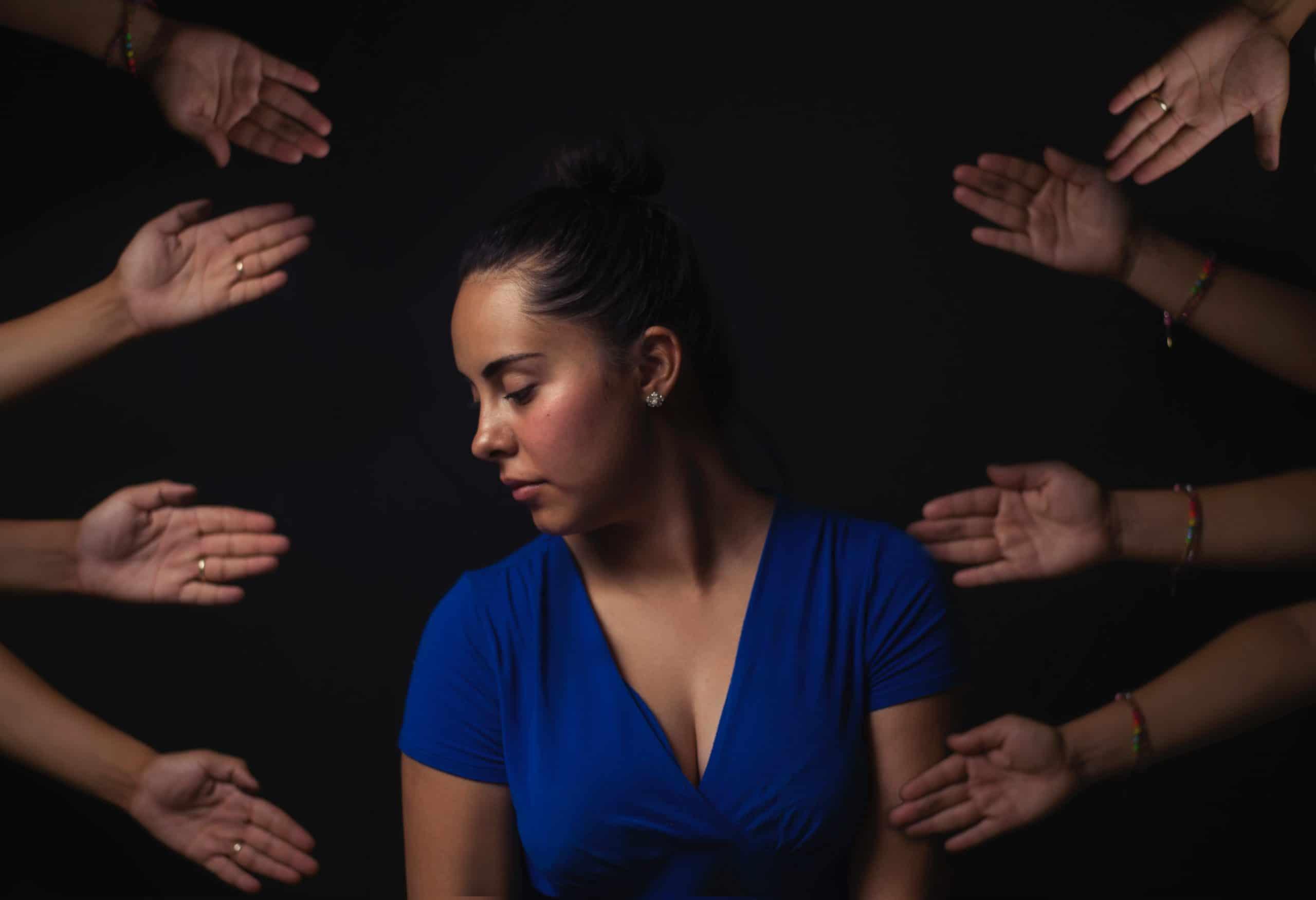 harcèlement sexuel sexisme au travail femme sur fond noir