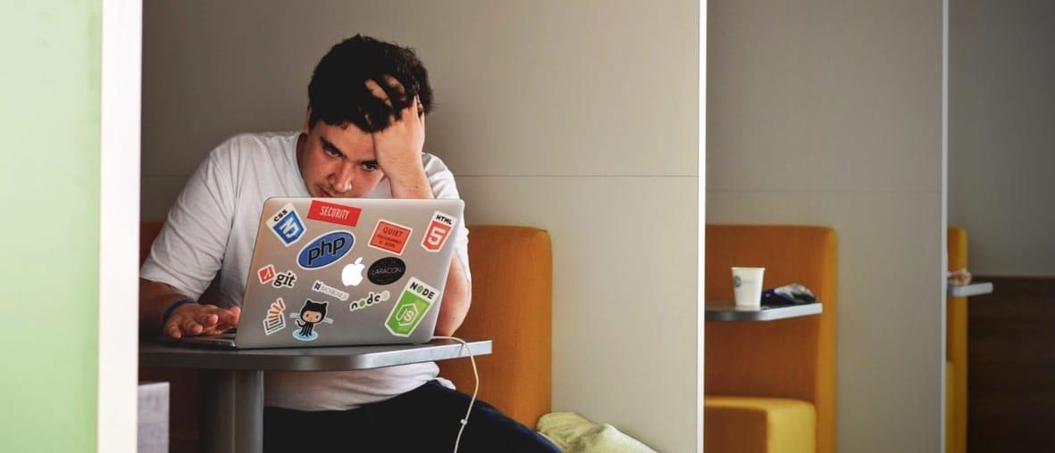 jeune homme inquiet devant son ordinateur portable