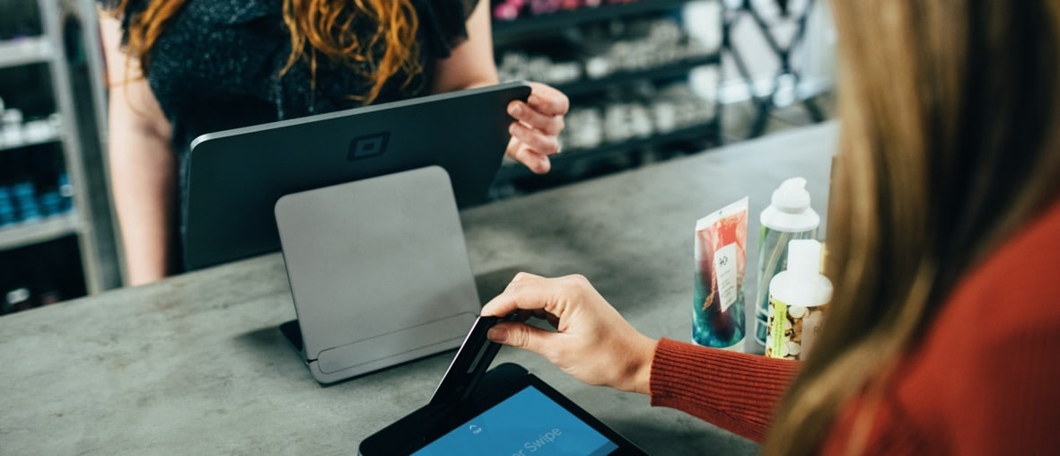 paiement par carte bancaire avec tablette tactile dans un magasin