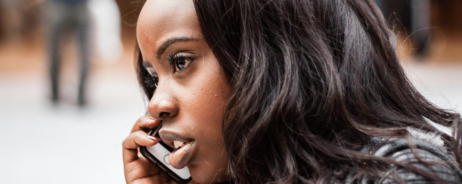 ligne d'écoute psychologique femme au téléphone