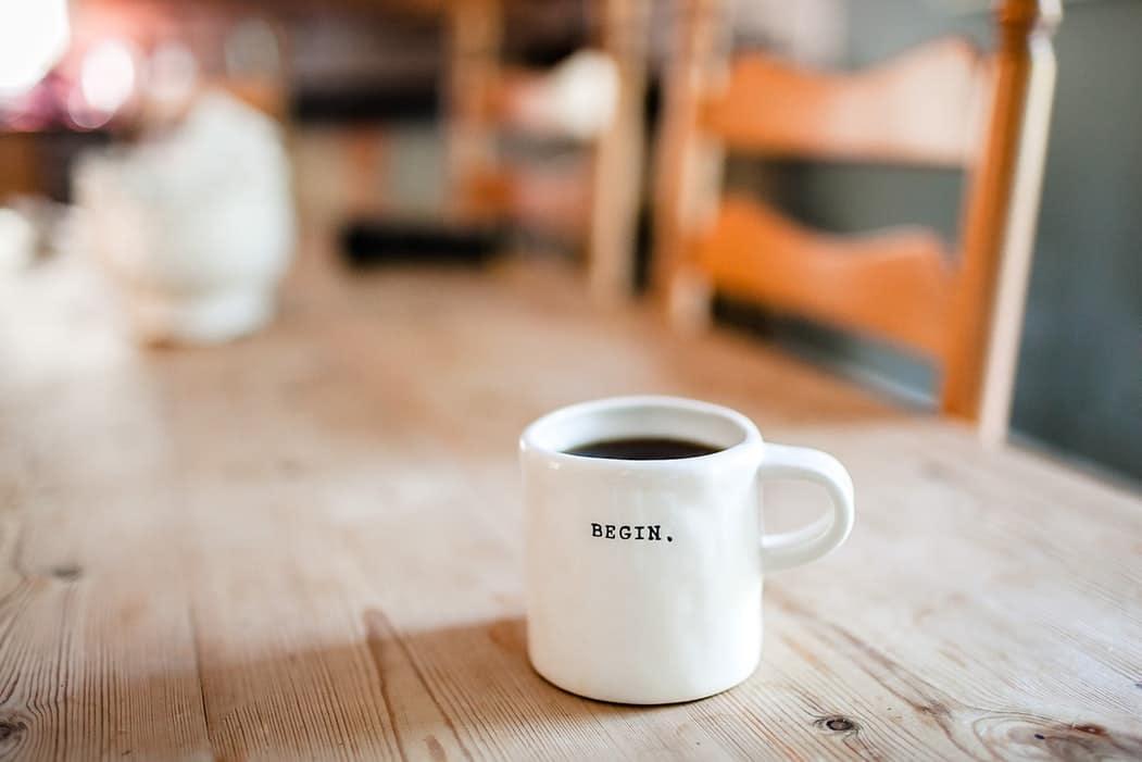 routine matinale café dans un mug blanc