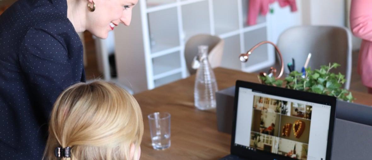 femmes souriantes devant un ordinateur portable