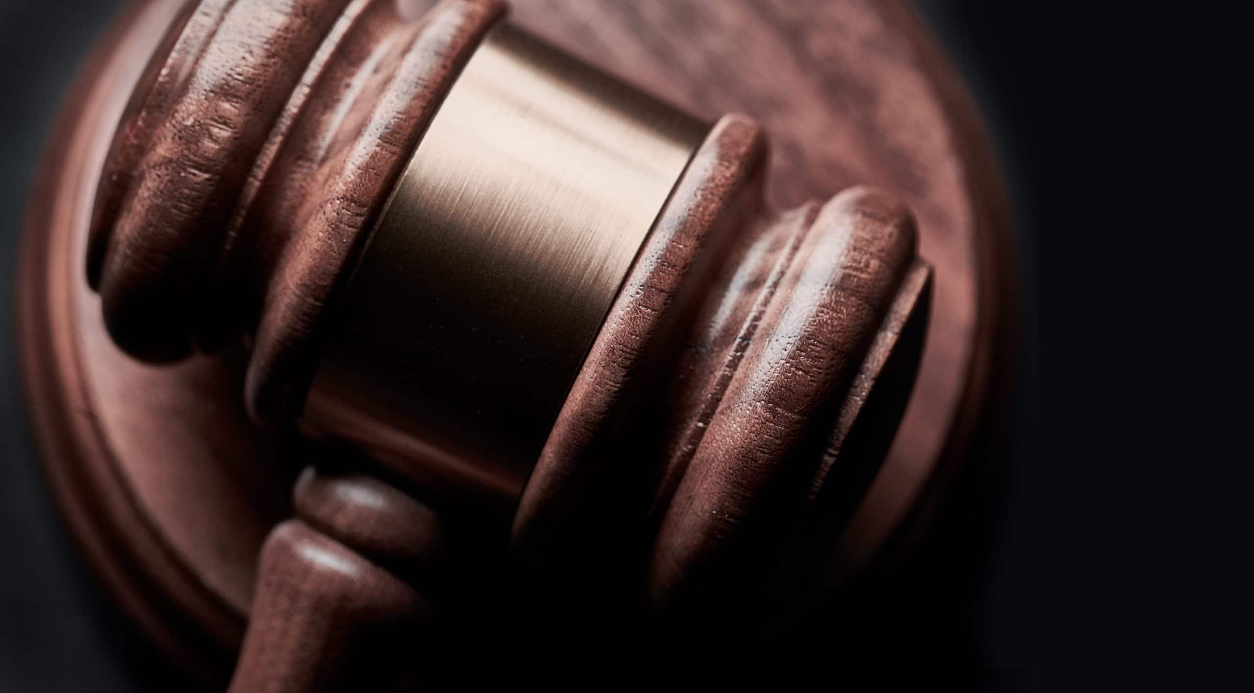 marteau en bois symbole de la justice