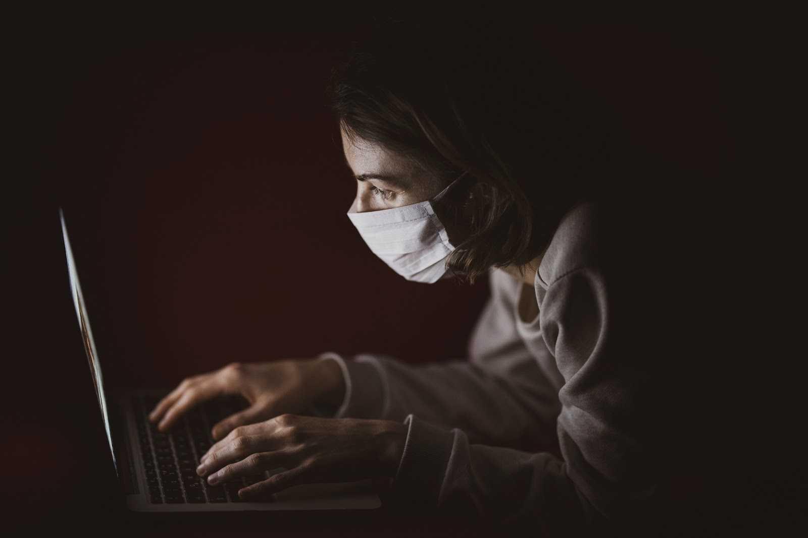risques psychosociaux covid télétravail salarié avec un masque